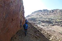 El recorrido que pasa junto a la pared del pico Verdaguer sigue las marcas del TRF, pero puede estar cubierto de nieve helada durante casi todo el año.