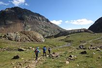 Nuevamente, llegamos a la zona abierta que hay entre la Coma d´Estats y el Estany d´Estats. Al fondo, sobre el promontorio, vemos el pararrayos y, a la izquierda, el pico del Estany Fondo (2.815m).