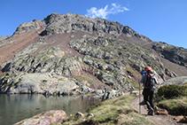 El pico del Estany Fondo (2.815m) impresiona desde la salida de aguas del lago de Estats.