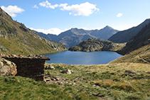 En primer término, la cabaña de Sotllo; en segundo término, el lago que recibe el mismo nombre; al fondo, la bella pirámide del Monteixo.