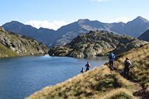 Durante el descenso la perspectiva cambia. Al final del lago de Sotllo vemos las rocas que tendremos que esquivar.