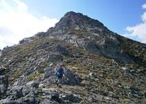 Dejamos el camino para iniciar la cresta por unas suaves lomas de hierba y piedra.