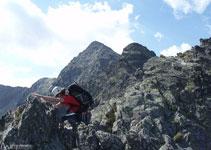 Tras superar la fisura atacamos la cresta para llegar hasta el primer pico (2.643m).