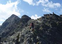 Trepamos entre bloques de I y II para culminar el primer pico de la cresta.