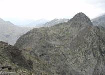 En la misma carena hacia el SO está el pico de Angonella.