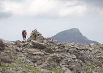 Pasamos por un gran hito, con el pico de Tristaina detrás.