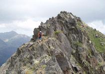 Esta parte de la cresta no presenta dificultad, ocasionalmente necesitamos ayudarnos de las manos para superar algunos bloques de roca.