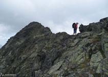 Debemos pasar a la vertiente S de la Serra del Cap de la Coma para superar el paso más difícil de esta cresta.
