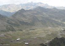 A nuestros pies y en el fondo del valle, las pistas de esquí de Ordino-Arcalís.