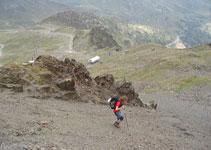 Debemos seguir las marcas amarillas en fuerte descenso e ir en dirección a los remontes de las pistas de esquí.