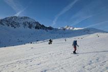Subiendo por un terreno fácil con el pico de Fontfreda y el pico de la Mina como telón de fondo.