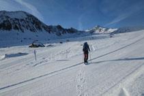 Cruzamos una pista de esquí que viene de la derecha y seguimos recto.