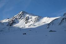 El pico de la Mina, visible enfrente en todo momento.