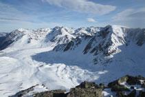 Toda la Coma del Orri de la Vinyola y la estación de esquí en la parte baja del valle.