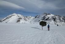 Llegando al collado, delante de nosotros la Coma d´en Garcia: el Tossal Mercader, el Querforc y la cresta de Les Lloses.