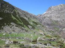 Vamos girando ligeramente a la izquierda adentrándonos en el valle de Siscar.
