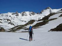 Al fondo, la cresta fronteriza entre Andorra y Francia con el Cilindro y el pico de Escobes.