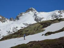 El pico de Escobes está omnipresente durante toda esta parte de recorrido por el valle de Siscar.