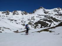 Delante nuestro ya tenemos el lago de Siscar, presidido por el destacado relieve del pico de Escobes.