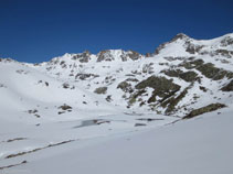 El pequeño lago de Siscar, helado y lleno de nieve durante la temporada de invierno.