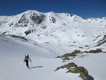Subiendo; el Roc Meler y el pico de la Cabaneta al fondo, por encima del lago de Siscar.