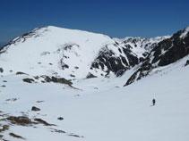 Bajando hacia el lago de Pédourres con el pico de Pédourrés enfrente, al fondo.