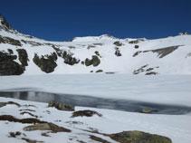 El pequeño lago de Pédourrés, prácticamente todo helado.