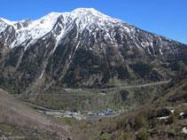 El pico del Tossal Mercader (2.547m) domina la vertiente SE del pueblo de L´Hospitalet-près-l´Andorre.