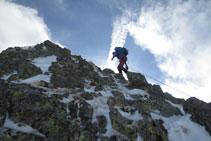 Subiendo por la corta cresta del pico de Pedrons.