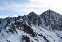 Cima del pico de Pedrons desde donde podemos observar las paredes y las canales de los picos de Fontnegra.