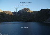 Enfrente el lago de Llauset, al fondo el pico de Vallibierna (3.067m) y la Tuca Culebras (3.062m).