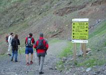 Seguimos por el GR11, en dirección NO, por un camino ancho que nos lleva al fondo del valle de Llauset.