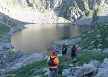 El camino bordea el ibón de Botornás por la izquierda, a unos 2.330m de altitud.