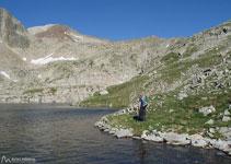 Poco a poco vamos entrando en este valle rocoso, salpicado por varios pequeños ibones, son los ibones de Coma Arnau.