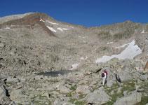 A partir de aquí nuestro camino transcurre entre bloques de roca y piedras.
