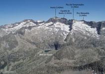 Inigualables vistas del ibón y la cresta de Llosás, y de los emblemáticos picos del macizo de la Maladeta.