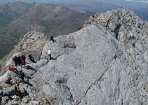 Un grupo de excursionistas espera su turno para cruzar el Paso del Caballo.