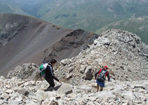 Bajamos de la Tuca de Culebras en dirección al collado de Llauset. Sus características curvaturas se pueden apreciar desde el valle de Vallibierna.