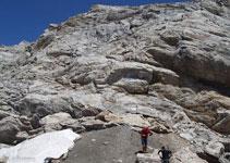 Existen diferentes recorridos de bajada, todos ellos requieren sortear rocas de diferentes tamaños.