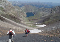 Bajamos por una pronunciada tartera negra hacia el fondo del valle de Llauset.