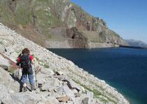 De regreso volvemos a bordear el embalse de Llauset, sorteando las rocas que vamos encontrando.
