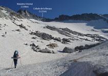 Dejamos el desvío del Portillón Superior y subimos recto para arriba. Vemos por primera vez delante nuestro el Pico de la Maladeta y el collado de la Rimaya.
