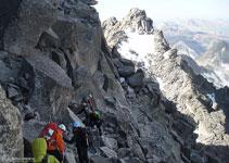 Hacemos un flanqueo descendente para alcanzar un collado que precede al pico Abadías.