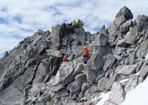 Sorteamos algunos bloques de roca y trepamos un poco ayudándonos con las manos.