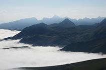 Vistas de los picos Anie y la Mesa de los Tres Reyes al fondo.