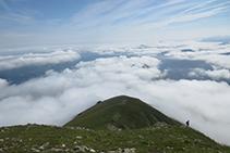 Un mar de nubes cubre buena parte del Alto Béarn (Francia).