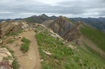 Cresta hacia el Casamanya Norte con el pico del Estanyó al fondo.