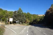 Dejamos la carretera y tomamos la pista asfaltada de la izquierda.