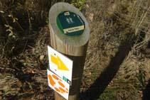 El palo de madera de medio metro indica el camino hacia el puente de la Frau.