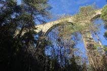 Los arcos del puente de la Frau desde abajo.